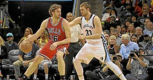 Pau y Marc, en un enfrentamiento directo en la NBA.