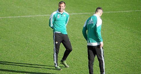 Van der Vaart y Van Wolfswinkel no estarán ante el Madrid por decisión técnica.