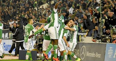 Los jugadores del Betis celebran el gol de Cejudo.