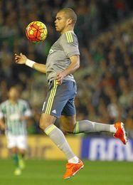 Pepe controla el balón en el partido del Villamarín.