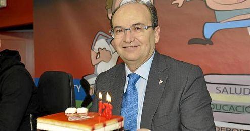El presidente del Sevilla FC, José Castro, con la tarta del centenario del club de Nervión.