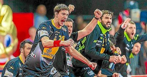 Los jugadores de Espa�a celebran un tanto del partido.