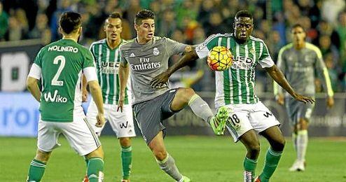 N�Diaye presiona a James en el partido ante el Real Madrid.