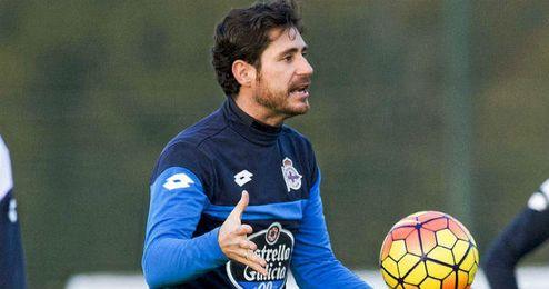 """Víctor quiere pasar """"mucho tiempo"""" en el Deportivo."""