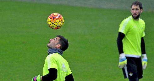 Antonio Adán cabecea un balón durante el entrenamiento.