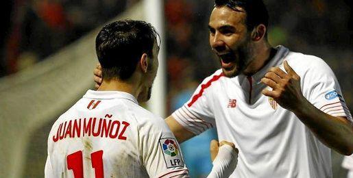Juan Muñoz celebra su gol con Iborra.