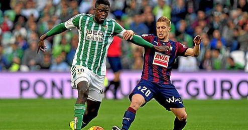 El franco-senegalés Alfred N´Diaye pugna con Keko durante el partido ante el Eibar.
