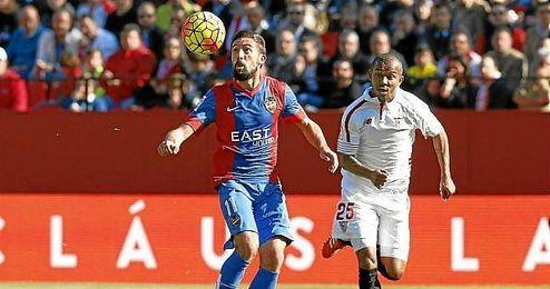 Morales y Mariano, en un lance del Sevilla-Levante.
