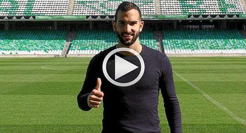 El jugador posa para los medios en el Benito Villamar�n.