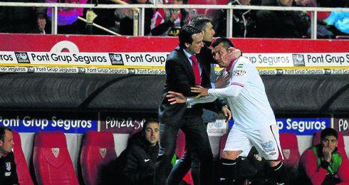 En la imagen, Emery y Medel durante las semifinales de Copa de la 12/13.