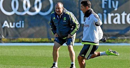 Benítez observa a Cristiano Ronaldo durante un entrenamiento.
