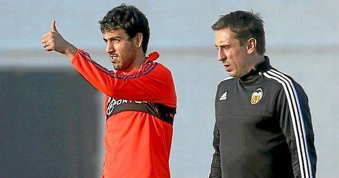 Neville, junto a Parejo, en un entrenamiento.