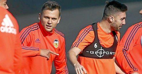 Cheryshev y Siqueira, ejercitándose en Paterna con el Valencia.
