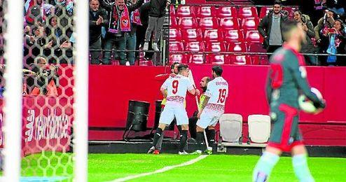 Gameiro, Banega y Carriço celebran el tercer tanto del galo en la exhibición ante el celta en la ida copera.