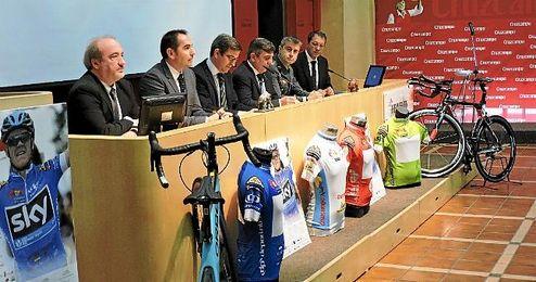 Antonio Fern�ndez secretario general para el Deporte acompa�ado por otras personalidades.