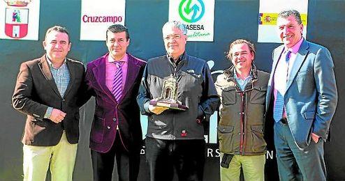 Armando Jiménez, de Cruzcampo, entrega el trofeo junto a Joaquín Adorna, al doctor Gonzalo Gómez de la Mata y a Juan Muñoz.