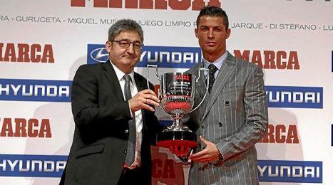 Cristiano Ronaldo recibiendo su tercer Trofeo Pichichi