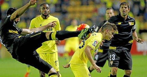 Rami intenta despejar un balón ante la presión de Denis Suárez.