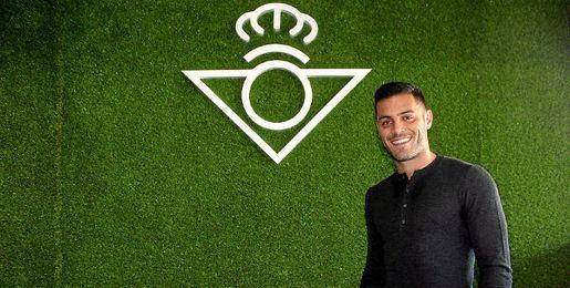 Bruno posa para los medios tras ser renovado por el Real Betis Balompié.