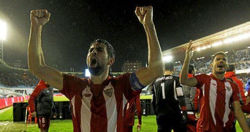 Los jugadores del Sevilla celebran el pase a la final de Copa en el césped de Balaídos.