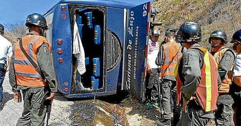 En la imagen, el estado en el que qued� el bus de Huracan tras volcaren Caracas.