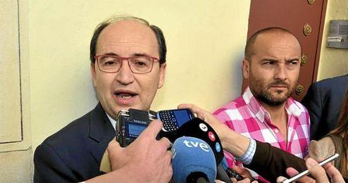 Pepe Castro, presidente sevillista, atiende a los medios de comunicaci�n