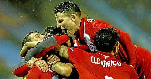 Los jugadores del Sevilla celebran un gol en Bala�dos.