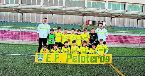 En la imagen, selección de Peloteros posa momentos antes de la disputa de un encuentro.