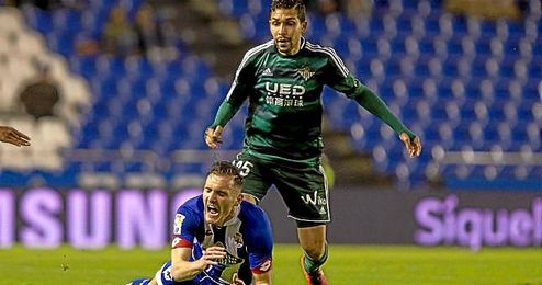 Petros, en un lance del juego con Lucas Pérez.