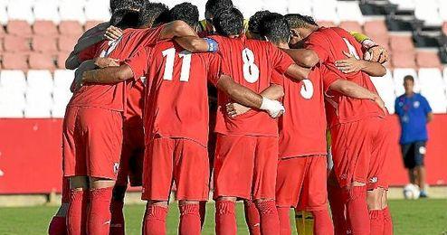 Los jugadores del Sevilla Atlético se conjuran antes del partido.