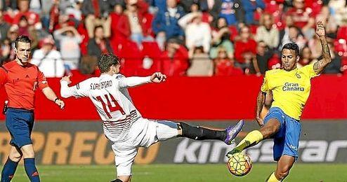 Lance del partido entre el Sevilla y Las Palmas.