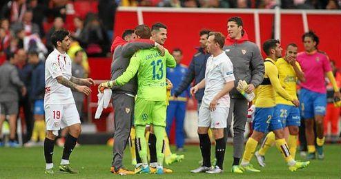 Reyes y Varas se saludan cariñosamente tras el partido del domingo.