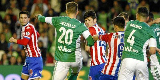Pezzella remata a gol un balón lateral.