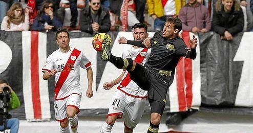Cristóforo pugna por un balón en Vallecas.