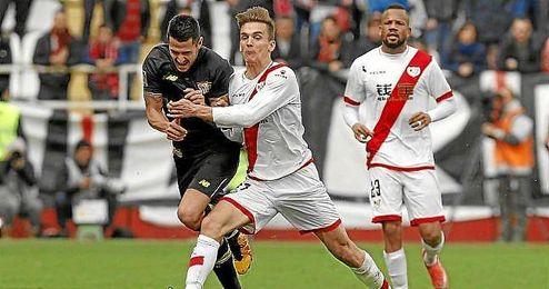 Llorente comete falta sobre Vitolo en un lance del partido.