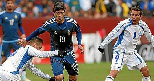 Banega, durante un partido con Argentina.