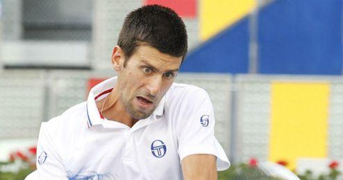 En la imagen, Djokovic golpeando la bola.