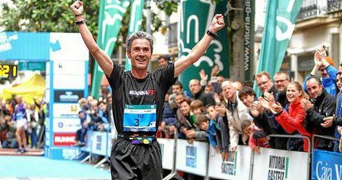 En la imagen, el vitoriano Mart�n Fiz celebrando la victoria de una marat�n.