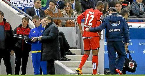 Sidnei Rechel, retirándose del terreno de juego de Cornellá-El Prat por la lesión en el cuádriceps.