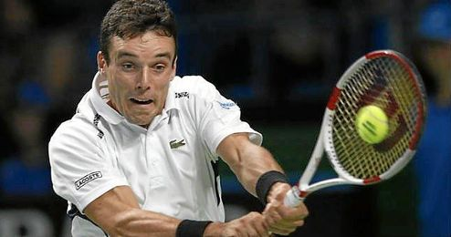 El tenista español Roberto Bautista, restando una bola.
