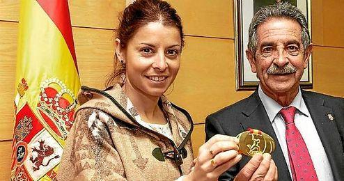 Paula Gonz�lez posa junto al presidente de Cantabria, Miguel �ngel Revilla