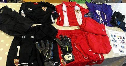 En la imagen, las equipaciones que se usarán esta noche en el Aker Stadion.