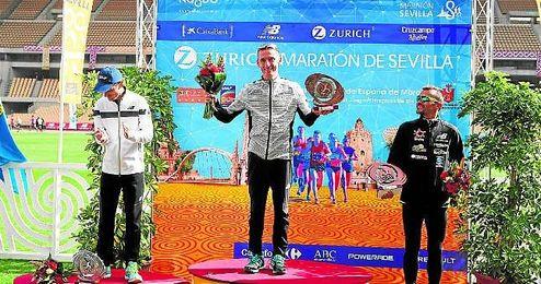 Carles Castillejo, en el podio del Zúrich Maratón de Sevilla del pasado domingo.