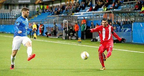Jos� Antonio Reyes, durante un lance del juego en el Aker Stadion.