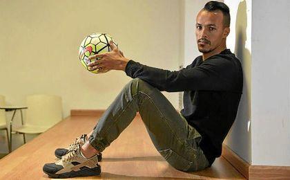 Kadir posa para ESTADIO Deportivo durante su entrevista.