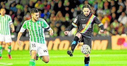 En un partido ante el Rayo puede ocurrir que a Ceballos le toque correr más tras la pelota y que Iturra la toque en más ocasiones.