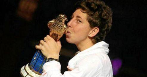Su�rez, junto al halc�n dorado que la acredita como ganadora del torneo de tenis de Doha.