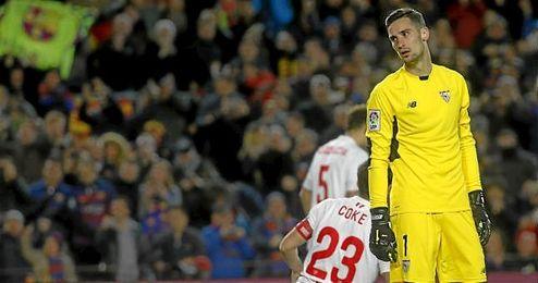 Rico se lamenta durante el partido contra el Barcelona.
