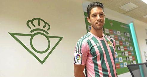 Álvaro Cejudo, con la camiseta rosa y verde.