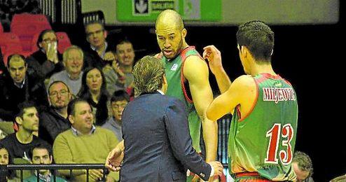 El técnico Luis Casimiro da instrucciones a Jordan, en presencia de Miljenovic, durante el duelo frente al Río Natura.